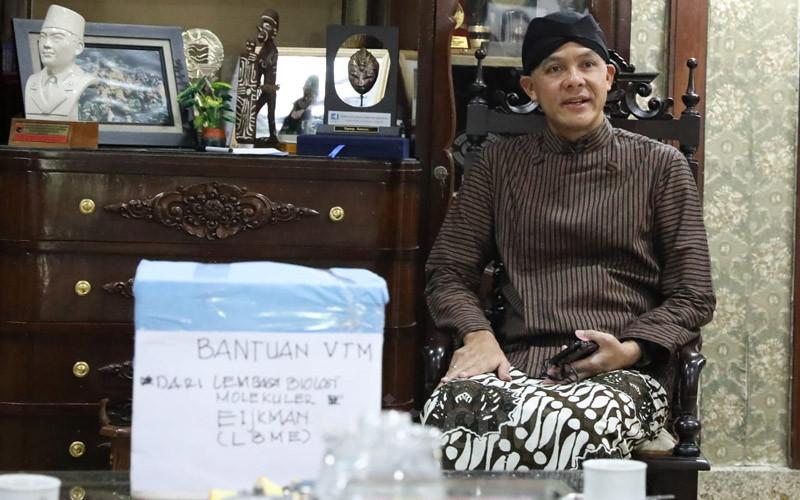 Gubernur Jateng Ganjar Pranowo menerima bantuan VTM sebanyak 1000 pcs untuk Jawa Tengah dari Lembaga Eijkman di Puri Gedeh pada Kamis (26/3/2020). - Bisnis/Alif Nazzala Rizqi