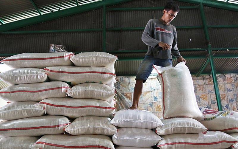 Buruh mengangkut karung beras di Pasar Induk Beras Cipinang, Jakarta, Rabu (12/02/2020). Bisnis - Eusebio Chrysnamurti