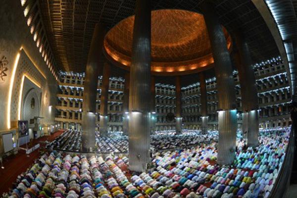 Tarawih pertama di Masjid Istiqlal, Jakarta, pada Ramadan 1439 H. - Antara/Wahyu Putro