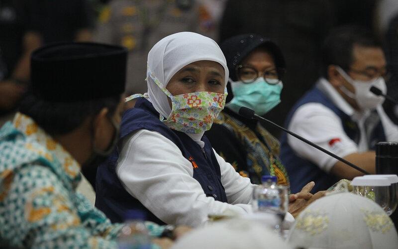 Gubernur Jawa Timur Khofifah Indar Parawansa (kedua kiri) didampingi Wali Kota Surabaya Tri Rismaharini (kedua kanan), Plt Bupati Sidoarjo Nur Ahmad Saifudin (kiri) dan Ketua Gugus Tugas Kuratif Covid-19 Jawa Timur Joni Wahyuhadi (kanan) memberikan keterangan seusai menggelar pertemuan di Gedung Negara Grahadi, Surabaya, Jawa Timur, Minggu (19/4/2020). Pertemuan tersebut membahas Pembatasan Sosial Berskala Besar (PSBB) di Kota Surabaya serta sebagian wilayah di Sidoarjo dan Gresik. - Antara/Moch Asim