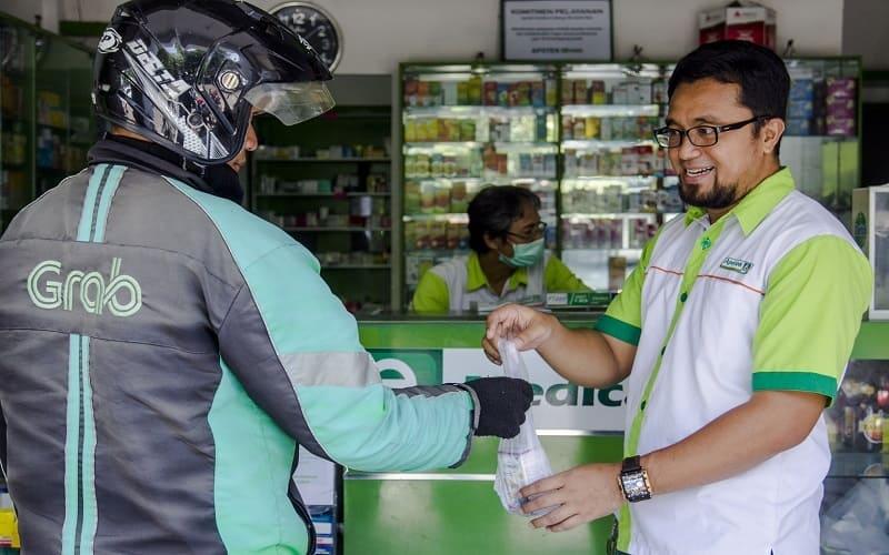 Ratno Sanjoko, social sellers apotek di Surabaya yang mengandalkan GrabExpress untuk terus layani pelanggan dan dorong perputaran ekonomi selama masa pandemi.
