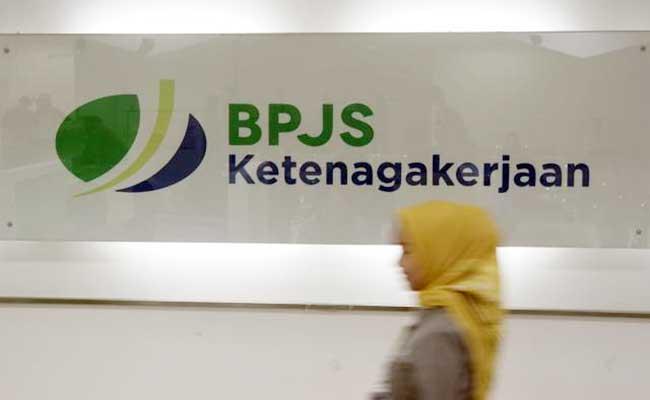 Karyawan melintas di dekat logo BPJS Ketenagakerjaan/BP Jamsostek di Jakarta. Bisnis - Himawan L Nugraha
