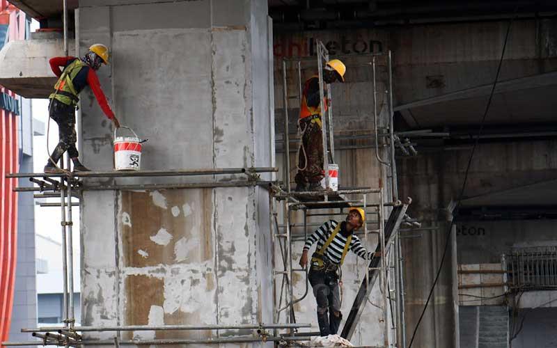 Pekerja beraktifitas di proyek LRT Jabodetabek di Jakarta, Rabu (18/3/2020). Pemerintah melalui Kementerian Pekerjaan Umum dan Pekerjaan Rakyat (PUPR) belum berencana melakukan moratorium atau menghentikan sementara pekerjaan proyek konstruksi yang padat karya meski jumlah kasus virus corona atau Covid-19 terus meningkat. PUPR masih menyusun protokol khusus proyek konstruksi dan akan segera diterbitkan. Bisnis - Abdurachman
