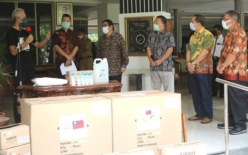 Pemberian bantuan APD (Alat Pelindug Diri) oleh Taiwan Business Club Central Java Indonesia kepada Gubernur Jawa Tengah Ganjar Pranowo (kiri) pada Senin (20/4/2020). - Bisnis/Alif Nazzala Rizqi