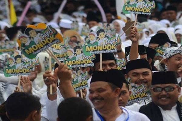 Ilustrasi - Santri dan ulama NU mengikuti kirab santri guna menyambut Hari Santri Nasional ke-2 di Tasikmalaya, Jawa Barat, Kamis (20/10/2016). - Antara