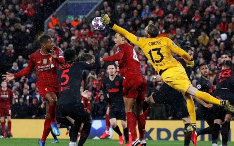 Kiper Atletico Madrid Jan Oblak (kanan) menahan gempuran para pemain Liverpool dalam leg kedua 16 besar Liga Champions Eropa di Liverpool bulan lalu./Antara - Reuters