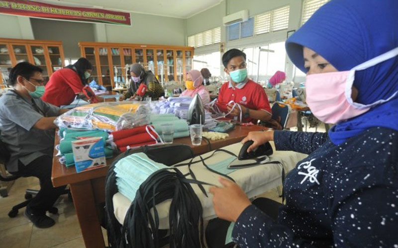 Ilustrasi pembuatan masker oleh UMKM. Bank Indonesia menyalurkan berbagai bantuan termasuk masker hasil produksi UMKM untuk warga Lampung demi mencegah penyebaran virus corona./Antara - Iggoy el Fitra