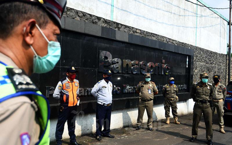 Seorang perwira menengah polisi memberikan arahan kepada petugas gabungan dari Polri, Satpol PP, dan petugas kelurahan tentang pelaksanaan aturan PSBB (Pembatasan Sosial Berskala Besar) di Jakarta, Jumat (10/4/2020). - Bisnis/Abduracman