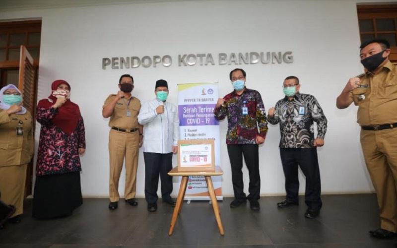 Pusat Pengembangan dan Pemberdayaan Pendidik dan Tenaga Kependidikan Taman Kanak-kanak dan Pendidikan Luar Biasa (P4TK TK-PLB) menyalurkan bantuan APD kepada Pemerintah Kota Bandung untuk menghadapi Covid-19. - Bisnis/Dea Andriyawan