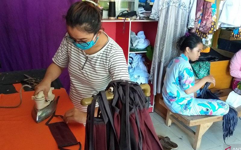 Penjahit Bone Indah kota Sorong saat menyiapkan masker gratis bagi masyarakat. - Antara/Ernes Kakisina