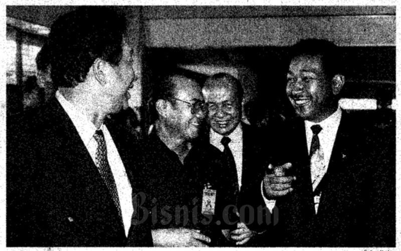 Tommy Soeharto tengah meresmikan Timor Workshop Sport Division di daerah Sentul, Bogor, Jawa Barat, pada Senin (20/4 - 1998).