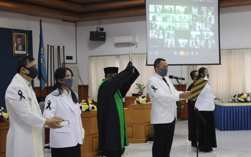 Prosesi pengambilan sumpah secara dareing 55 dokter baru lulusan FK UMM, Senin (20/4 - 2020). Foto: Istimewa