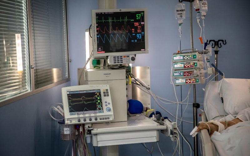 Sebuah ventilator ditempatkan di samping seorang pasien di ICU RS Sant Pau di Barcelona, Spanyol, Kamis (2/4/2020). - Bloomberg/Angel Garcia\n