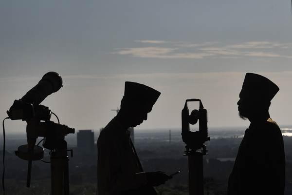 Ilustrasi proses rukyatul hilal untuk menentukan awal Ramadan./Antara - Zabur Karuru