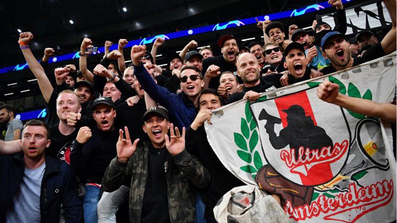 Suporter Ajax Amsterdam, pemimpin klasemen sementara Eredivisie Belanda sekaligus juara bertahan. - Reuters/Dylan Martinez