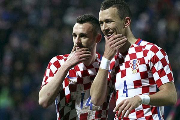 Marcelo Brozovic (kiri) bersama Ivan Perisic ketika membawa Timnas Kroasia men jadi runner-up Piala Dunia 2018. - Reuters