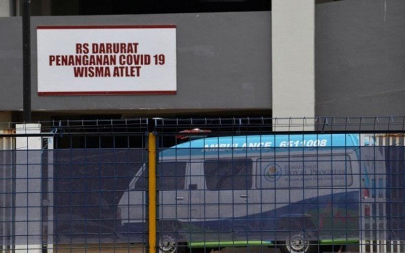 Petugas mengendarai ambulans berisi pasien memasuki Rumah Sakit Darurat Penanganan COVID-19 di Wisma Atlet Kemayoran, Jakarta, Selasa (24/3/2020). - Antara/Aditya Pradana Putra