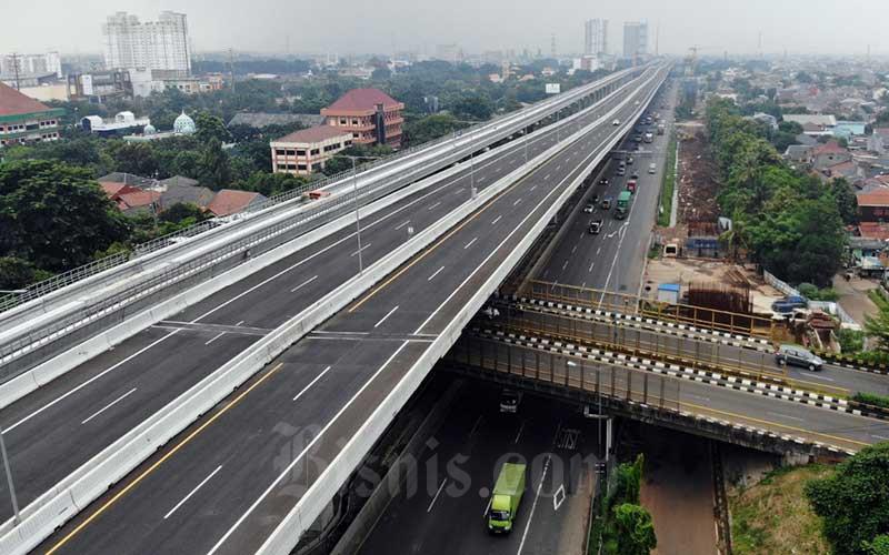 Foto aerial kendaraan melintas di Jalan Tol Jakarta-Cikampek di Bekasi, Jawa Barat, Rabu (15/4/2020). - Bisnis/Himawan L Nugraha