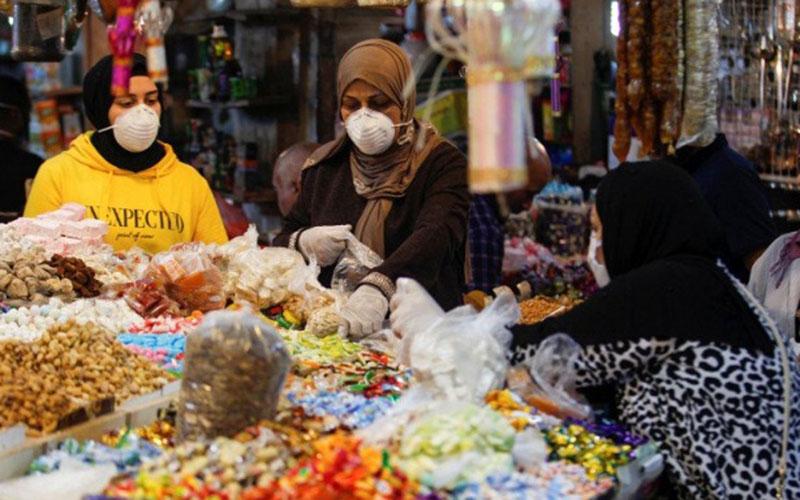 Sejumlah wanita memakai masker saat berbelanja di Baghdad, Irak, pada Selasa (21/4/2020) setelah penerapan karantina akibat mewabahnya virus corona Covid-19 dilonggarkan di beberapa wilayah negara itu untuk menyambut bulan suci Ramadan./Antar - Reuters