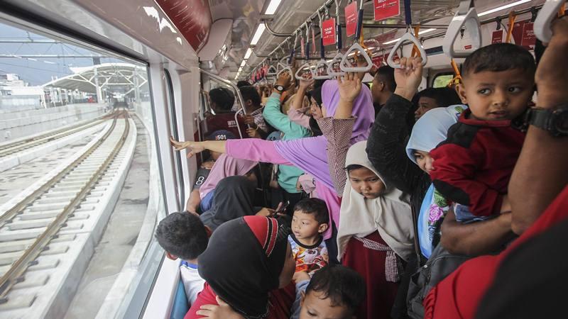 Warga menggunakan kereta MRT pada hari terakhir periode gratis di Stasiun MRT Blok M, Jakarta, Minggu (31/3/2019). PT MRT Jakarta optimis mampu mengangkut penumpang sebanyak 65 ribu orang per hari saat mulai beroperasi secara komersil pada Senin (1/4/2019). - Antara