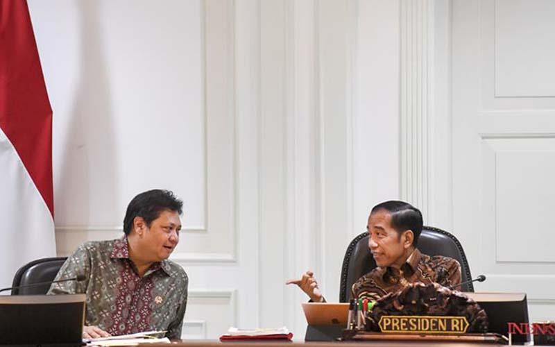 Presiden Joko Widodo (kanan) berbincang dengan Menko Perekonomian Airlangga Hartarto sebelum memimpin rapat terbatas (ratas) tentang persiapan Hannover Messe 2020 dan World Expo Dubai 2020 di Kantor Presiden, Jakarta, Senin (17/2/2020). -  ANTARA / Hafidz Mubarak A