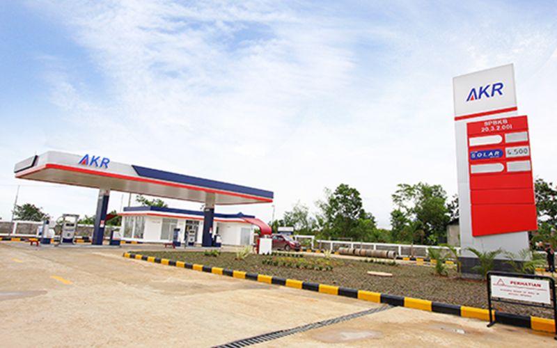 SPBU yang dikelola PT AKR Corporindo Tbk. AKR  memiliki jaringan 142 stasiun pelayanan di tahun 2018 yang menyalurkan produk BBM minyak solar dengan merek dagang AKRA SOL dan bensin Ron 92 dengan merek dagang AKRA 92. - akr.co.id