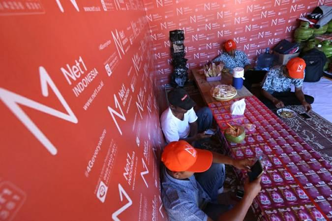 Warga menggunakan layanan internet di salah satu warung milik Mitra Net1 di Desa Telogoharjo, Kecamatan Giritontro, Kabupaten Wonogiri, Selasa (23/4/2019). - Bisnis/Nurul Hidayat