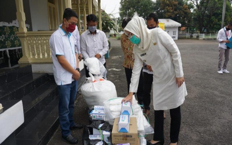 Perwakilan PT Pembangkitan Jawa Bali (PJB) dan PT Pembangkitan Jawa Bali Investasi (PJBI) menyerahkan bantuan berupa Alat Pelindung Diri (APD) yang diterima langsung oleh Bupati Purwakarta Anne Ratna Mustika, Selasa (21 - 4).