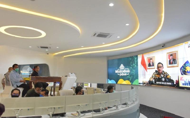 Gubernur Jawa Barat Ridwan Kamil membuka Musyawarah Perencanaan Pembangunan (Musrenbang) Provinsi Jabar Tahun 2020 dalam rangka Penyusunan Rencana Kerja Pemerintah Daerah (RKPD) Jabar Tahun 2021 melalui video conference. - Bisnis/Wisnu Wage