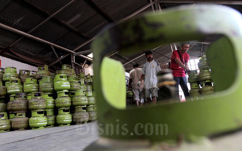 Ilustrasi: Pekerja menata tabung LPG 3 kilogram di salah satu agen gas. Bisnis - Arief Hermawan P