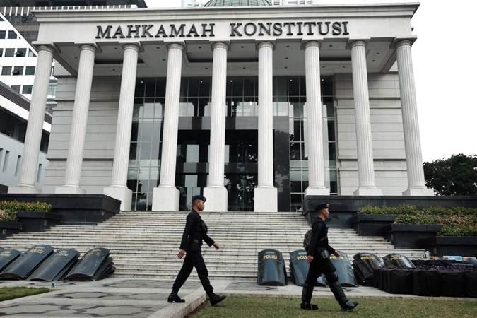 Polisi berjaga di sekitar Jalan Merdeka Barat, Jakarta, Jumat (14/6/2019). Polri kembali menerapkan skema pengamanan empat lapis atau ring saat sidang permohonan perselisihan hasil pemilihan umum (PHPU) di Mahkamah Konstitusi (MK). - Bisnis/Felix Jody Kinarwan
