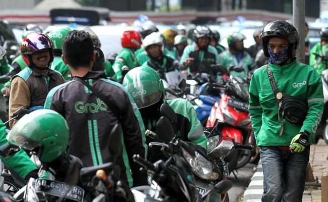 Sejumlah pengemudi ojek daring menunggu penumpang di Jakarta, Rabu (12/2/2020). Bisnis - Arief Hermawan P