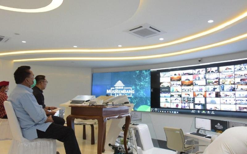 Agenda Musrenbang 2020 dibuka oleh Gubernur Jabar Ridwan Kamil dari Jabar Command Center, Gedung Sate, Kota Bandung. - Bisnis/Wisnu Wage
