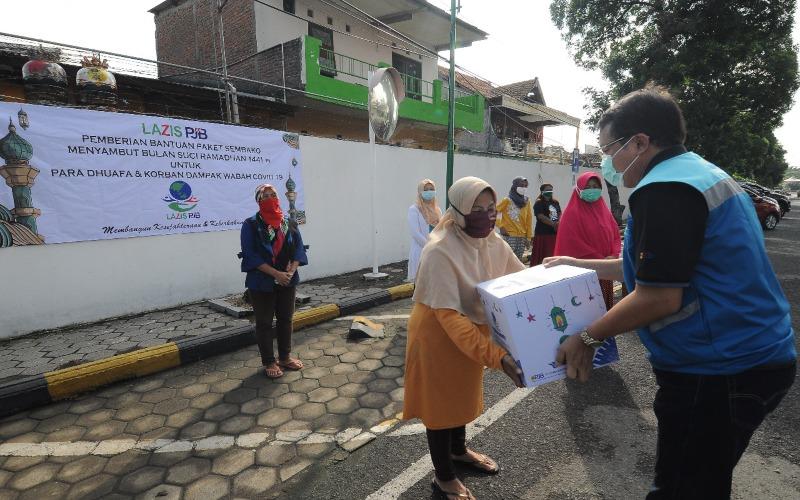 Dirut PT Pembangkitan Jawa Bali (PJB) Iwan Agung Firstantara menyalurkan bantuan penanganan Covid-19. - Istimewa