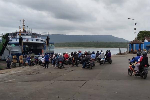 Pemudik sepeda motor tampak memadati Pelabuhan Gilimanuk, Jembrana, Bali Senin (3/6/2019) - Tim Jelajah Lebaran Jawa/Bali 2019