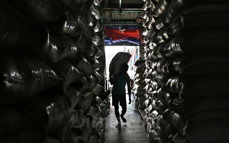 Ilustrasi - Buruh mengangkut karung beras di Pasar Induk Beras Cipinang, Jakarta, Rabu (12/02/2020). Bisnis - Eusebio Chrysnamurti
