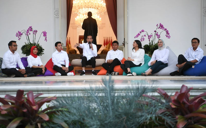 Presiden Joko Widodo bersama staf khusus (kiri ke kanan) CEO Amartha Andi Taufan Garuda Putra, Perumus Gerakan Sabang Merauke Ayu Kartika Dewi, Pendiri Ruang Guru Adamas Belva Syah Devara, Peraih beasiswa kuliah di Oxford Billy Gracia Yosaphat Mambrasar, CEO dan Founder Creativepreneur Putri Indahsari Tanjung, Pendiri Thisable Enterprise Angkie Yudistia dan Mantan Ketua Pergerakan Mahasiswa Islam Indonesia Aminuddin Ma'ruf di Istana Merdeka Jakarta, Kamis (21/11/2019). - ANTARA FOTO/Wahyu Putro A