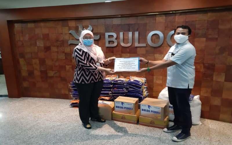 Penyerahan bantuan CSR Perum Bulog berupa masker, APD, sarung tangan untuk tenaga medis. - Istimewa