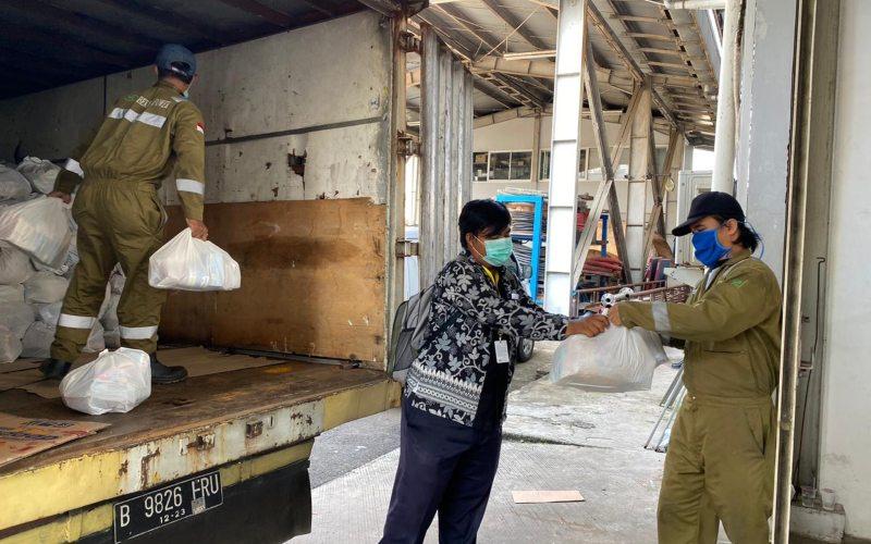 Distribusi bantuan sembako senilai Rp100.000 per paket untuk warga terdampak Covid-19 di 13 desa sekitar Kawasan Industri Jababeka - Dok. Jababeka.