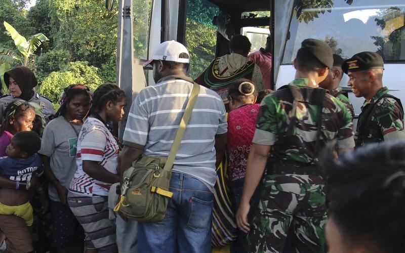 Sejumlah warga sipil menaiki bus milik PT Freeport Indonesia saat evakuasi di perkampungan Distrik Tembagapura, Kabupaten Mimika, Papua, Jumat (6/3/2020). Ratusan warga dievakuasi ke wilayah perkotaan Timika karena akses logistik ke wilayah perkampungan terputus akibat baku tembak antara TNI/Polri dengan Kelompok Kriminal Separatis Bersenjata (KKSB) beberapa hari terakhir. - Antara/Sevianto Pakiding