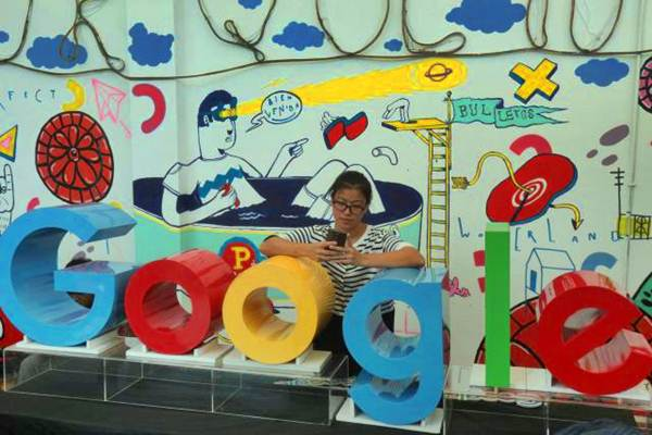 Pengunjung bersandar pada logo Google, di Jakarta, Kamis (26/10). - JIBI/Nurul Hidayat
