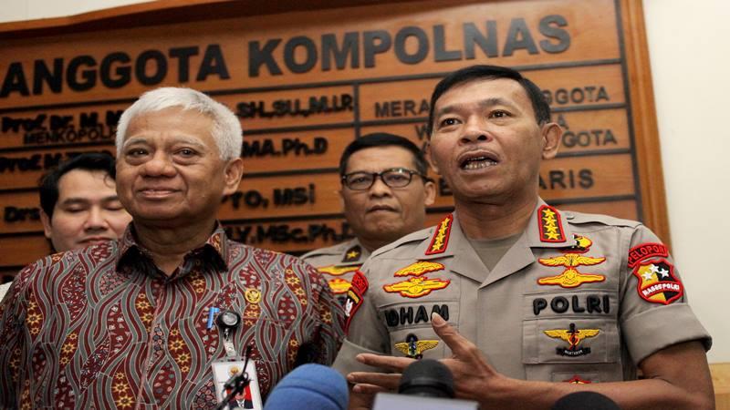 Kapolri Jenderal Pol Idham Aziz (kanan) saat bersama Anggota Komisi Kepolisian Nasional (Kompolnas) Bekto Suprapto (kiri) memberikan keterangan kepada wartawan usai melakukan pertemuan, di Kantor Kompolnas, Jakarta, Jumat (24/1/2020). - Antara