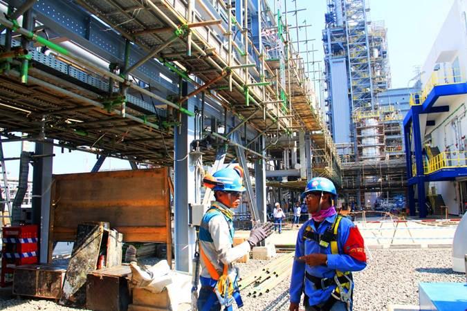 Ilustrasi - Pekerja beraktivitas di proyek pembangunan pabrik Polyethylene (PE) baru berkapasitas 400.000 ton per tahun di kompleks petrokimia terpadu PT Chandra Asri Petrochemical Tbk (CAP), Cilegon, Banten, Selasa, (18/6/2019). - Bisnis/Triawanda Tirta Aditya