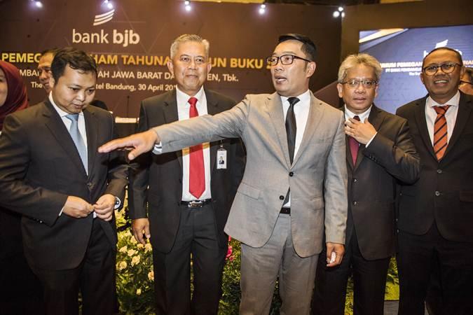 Gubernur Jawa Barat Ridwan Kamil (tengah) berbincang dengan Direktur Utama Bank bjb terpilih Yuddy Renaldi (kedua kanan), Direktur RIo Lanasier (kiri), Direktur Beny Riswandi (kedua kiri) dan Direktur Agus Mulyana (kanan) seusai RUPST di Bandung, Selasa (30/4/2019). - ANTARA/M Agung Rajasa