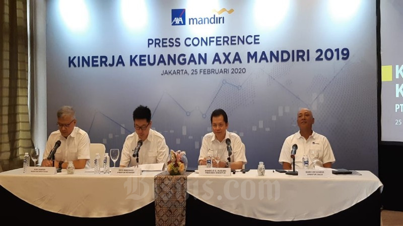 Jajaran Direksi AXA Mandiri (ki-ka) Rudi Kamdani, Direktur Kepatuhan, Cecil Mundisugih, Direktur Keuangan, Handojo Gunawan Kusuma, Presiden Direktur dan Henky Oktavianus, Direktur Sales AXA Mandiri menyampaikan kinerja perseroan 2019 di Jakarta, Selasa (25/2/2020) - Bisnis/Arif Gunawan