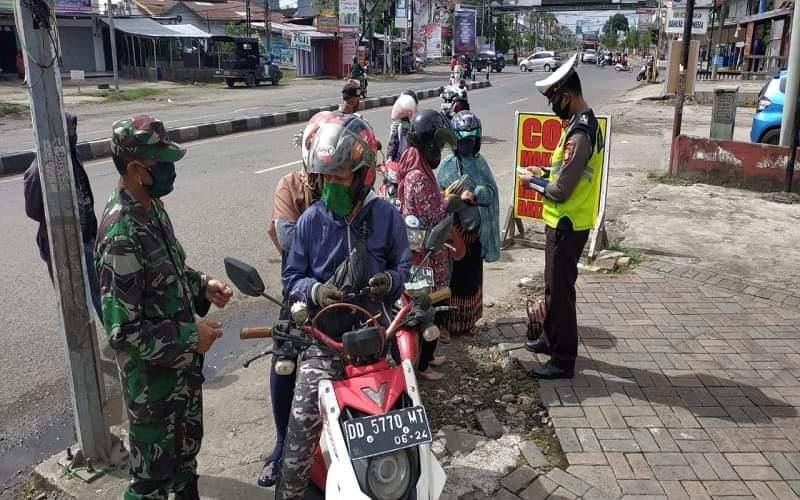 Petugas melakukan pengamanan ketat di perbatasan Makassar-Gowa pada hari pertama pemberlakuan PSBB, Jumat )24/4/2020) - Paulus Tandi Bone