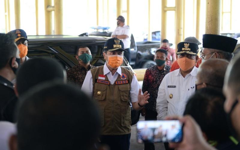 Gubernur Riau Syamsuar memantau Bandar Udara Sultan Syarif Kasim II pada Jumat (24/4/2020). Bandara SSK II telah ditutup dengan mengacu kepada Permenhub No. 25/2020 sehingga tak ada lagi kegiatan operasional kedatangan dan kepergian pesawat terbang di sana untuk sementara - Dok./ Diskominfotik Riau