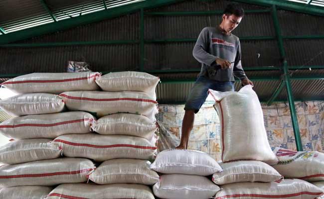 Buruh menata karung beras di Pasar Induk Beras Cipinang, Jakarta, Rabu (12/02/2020). Bisnis - Eusebio Chrysnamurti