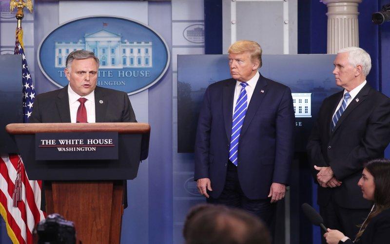 Bill Bryan (kiri), pejabat senior di Departemen Keamanan Dalam Negeri berbicara konferensi pers, bersama Presiden AS Donald Trump (tengah) dan Wakil Presiden Mike Pence (kanan) mendengarkan selama konferensi pers di Gedung Putih di Washington, DC, AS, pada hari Kamis, 23 April 2020.
