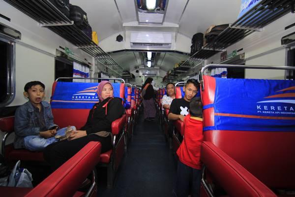Ilsutrasi - Penumpang duduk di dalam kereta api menunggu keberangkatan di Stasiun Kereta Api Tanjung Karang, Bandar Lampung, Lampung, Kamis (22/6). Dari data PT KAI Sub-Divre III.2 terhitung mengalami peningkatan di H-3 dengan jumlah penumpang 1347 jiwa, dan diprediksi akan mengalami puncaknya pada H-2. ANTARA FOTO - Ardiansyah